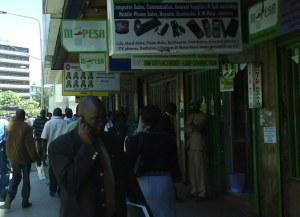 Tätt mellan Mpesa-ombuden på Moi Avenue